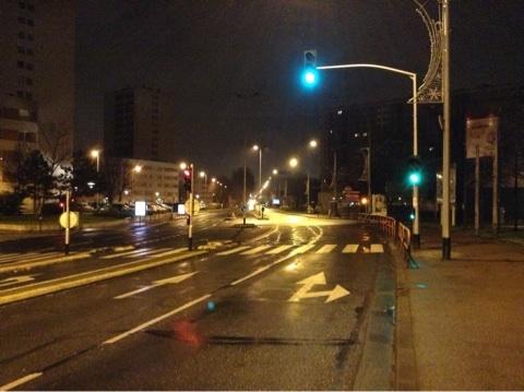 パリ郊外の誰もいない夜の道路