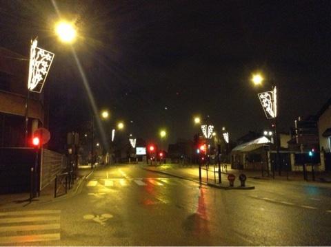 パリの夜道とクリスマスイルミネーション