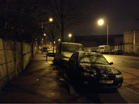 雪が積もる駐車している車