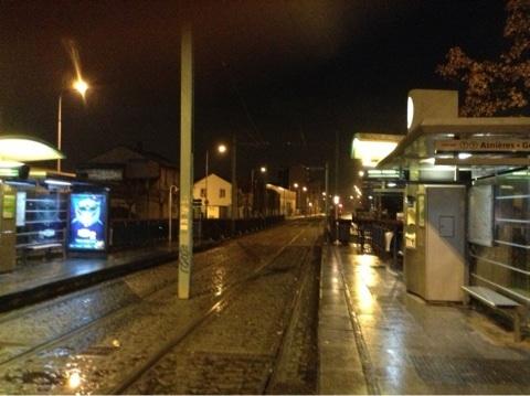 パリ郊外のお客がいない駅の風景