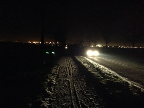 パリ郊外の夜道を走る車